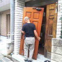 玄関ドアリフォーム工事中写真