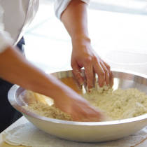 講師が蕎麦粉をこねるやり方を実演する2
