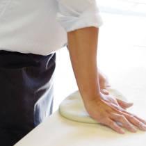 講師が蕎麦粉をこねるやり方を実演する4