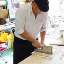 講師が蕎麦を切る方法を実演する