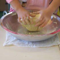 参加者が水まわしの終わったそば粉を練る