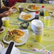 並べられた天ぷらとざる蕎麦