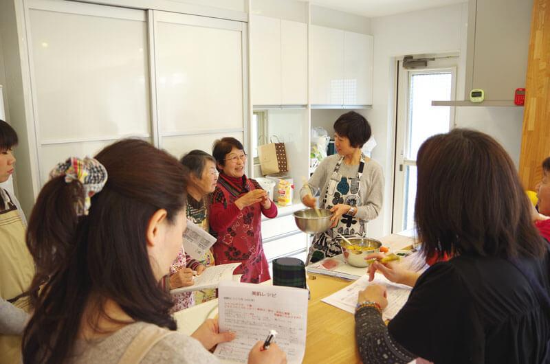 川口市の工務店・水品建工のアンチエイジング料理教室&セミナー・料理中の写真