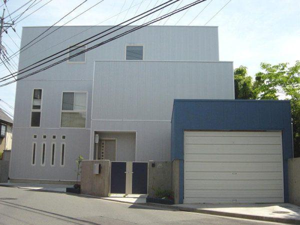 テクノストラクチャーで建築された家の外観写真。昼間の写真。