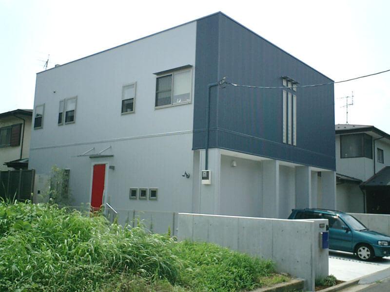 中庭をコの字に囲むシンプル・モダンな耐震住宅(埼玉県さいたま市)