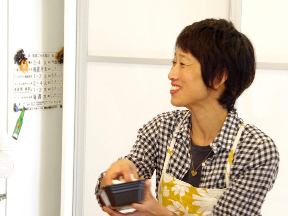 女性のための内臓を温める料理教室&セミナー@川口市において講師が料理方法の説明をする場面