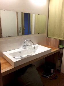 新しい洗面台を配置中2