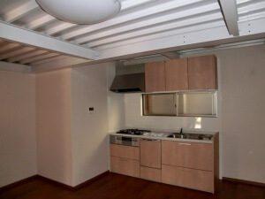 リノベーション後のキッチン。天井の鉄骨が見えており、特徴的。