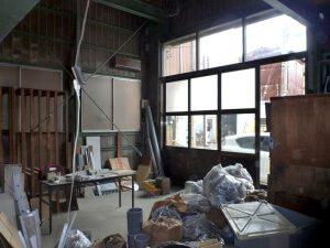 リノベーション前の工場内2。資材の整理を行っている。