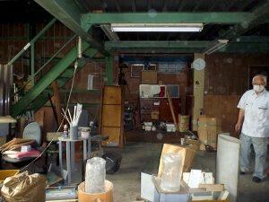 リノベーション前の工場内。資材が散乱している。