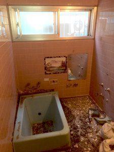 お風呂の解体中の様子。タイルも剥がす。