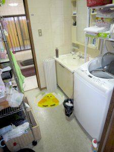 リフォーム前のお風呂と脱衣場の様子。経年劣化が目立っている。