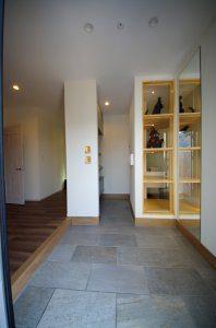 広い玄関。正面に模型(ゴジラなど)のショーケースがある。