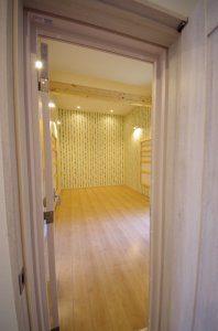 オーディオルームの扉は2重となっており音漏れを防いでいる。