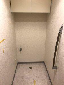 トイレを取り外し、クロスを張り替えます