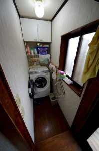 洗濯機は専用の狭いスペースに置かれています。