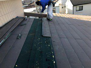 屋根の瓦を剥がしていく様子