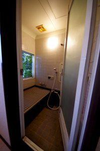 リフォーム前のお風呂。昔ながらのタイル張りです。