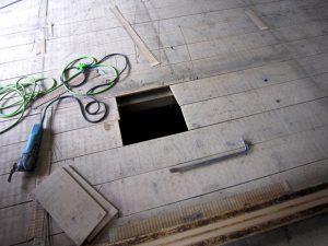 床板の一部を切り取っている