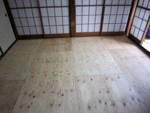 床板を張ります。
