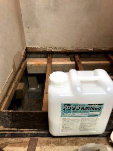 防蟻・防腐剤を散布します。