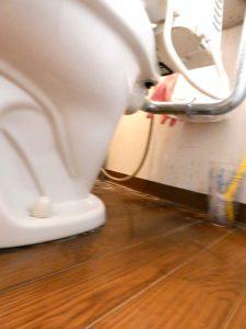 ブレているが、トイレの下の部分から水が漏れていることが分かる
